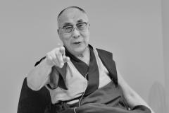 schirdewahn_2441_dalai_lama_sw_kl